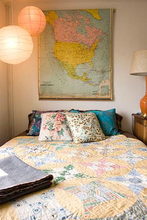 Mapa serve de cabeceira de cama em quarto descontraído