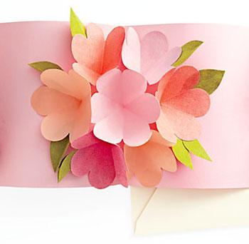 Cartão com artesanato pop-up em recortes de papel