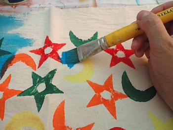 Pintando o tecido com técnica de aquarelado