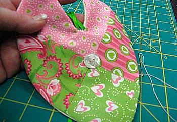 Prenda um botão no encontro das costuras, para dar um acabamento mais perfeito