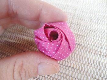 A sua rosa de fuxico, artesanato em tecido, está pronta