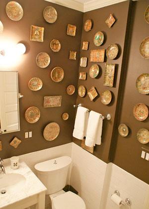 Pratos decorando a parede do lavabo, uma maneira de usar bem diferente