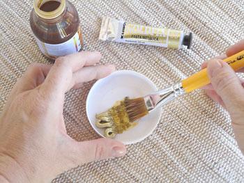 Dissolva a pasta metálica em goma laca indiana para artesanato