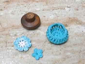 Faça as partes que irão decorar o bate porta usando o crochê