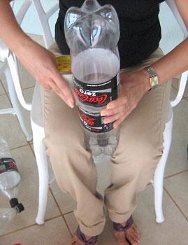 Encaixe uma segunda garrafa dentro da primeira estrutura