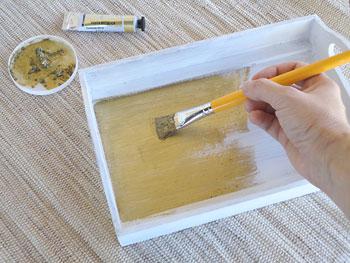 Pinte com a pasta metálica a parte interna e as alças da bandeja