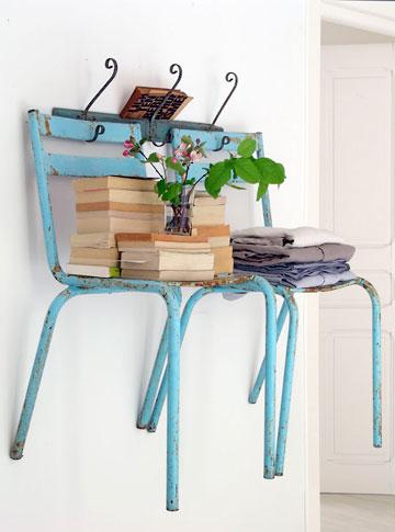 Cadeiras de metal antigas se transformam em prateleiras para livros e objetos, dica de reciclagem