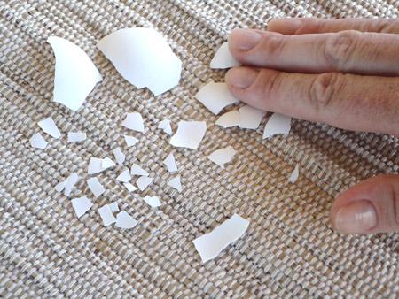 Cascas de ovos secas que usamos para fazer mosaico em artesanato