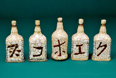 Garrafas recicladas decoradas com cascas de ovos de avestruz