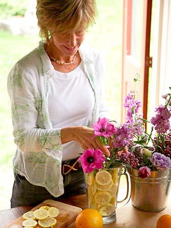 Termine colocando as flores no copo