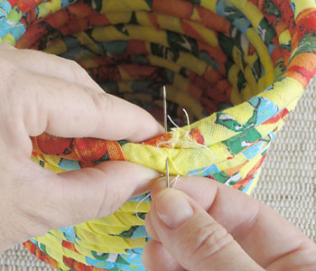 Costure a ponta final na volta anterior do cordão