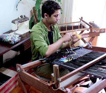 Alexandre Heberte no processo de tecelagem