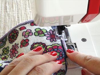 Faça o acabamento das bordas costurando um cordão de algodão