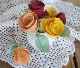 Detalhe de rosas de papel num projeto de decoração