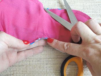 Reduza o excesso de tecido no contorno e picote as curvas internas