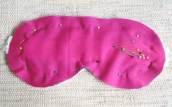 Prenda o tecido do verso sobre o lado direito do tecido estampado