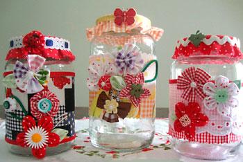 Reciclagem de vidros com flores de fuxico