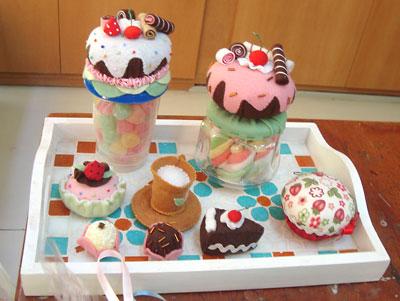 Vidros reciclados decorados com cupcakes de feltro