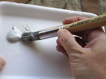 Com o pincel para pintura em stencil pegue a tinta