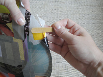 Use lixa para cortar as sobras de papel em torno do prato