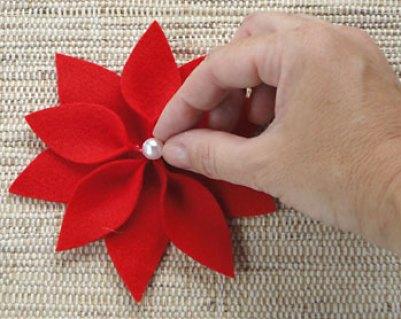 Cole uma pérola no centro da flor do natal