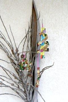 Meus enfeites de tecido estão na varanda sobre um cacho de coqueiro