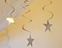 Enfeites feitos com estrelas recicladas de latinhas