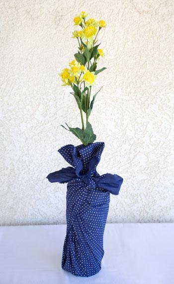 Garrafa transformada em vaso com embalagem em técnica do furoshiki
