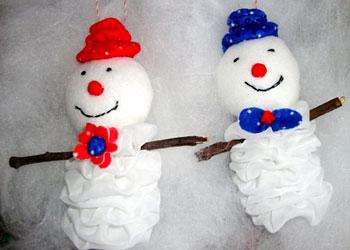 Fuxicos tornam-se bonecos de neve para a árvore de natal