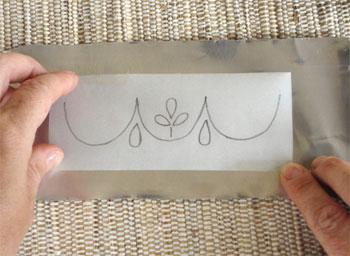 Posicione o desenho copiado sobre a parte lisa da latinha