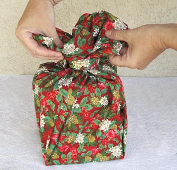 O resultado é uma bela flor de tecido sobre a caixa