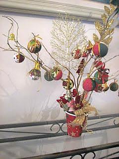 Árvore de natal com reciclagem e galhos secos e latinhas