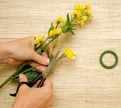Corte um pequeno ramo de flores artificiais