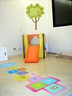 Adesivo com jogo de amarelinha para o quarto das crianças
