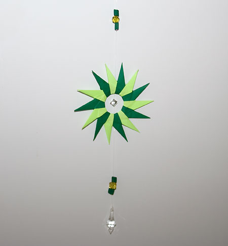 Móbile de mandala feita em artesanato de origami