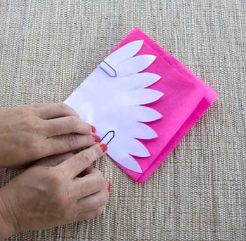 Prenda o molde nas folhas de papel de seda