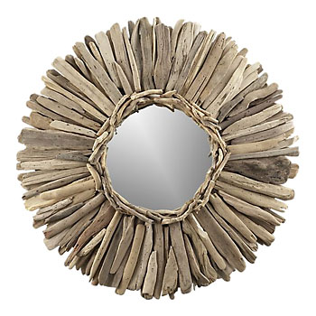 Espelho com moldura de gravetos do mar