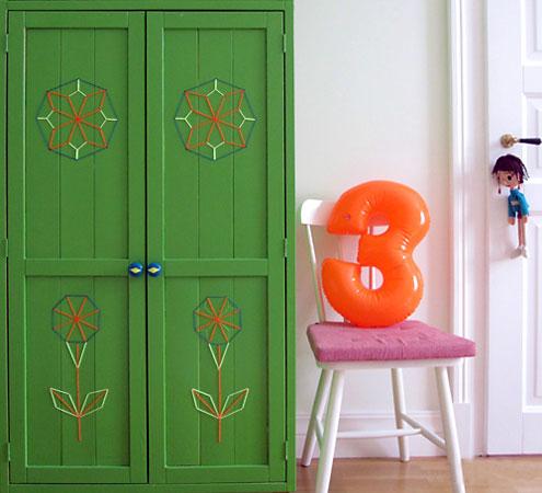 As portas de madeira do armário foram bordados com fios de lã