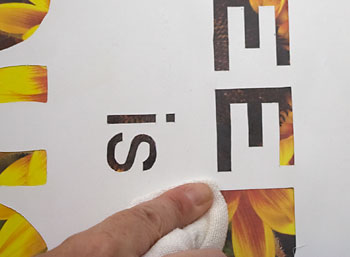 Pressione as bordas das letras com um pano seco