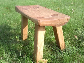Banquinho de madeira reciclada, com design e bom gosto