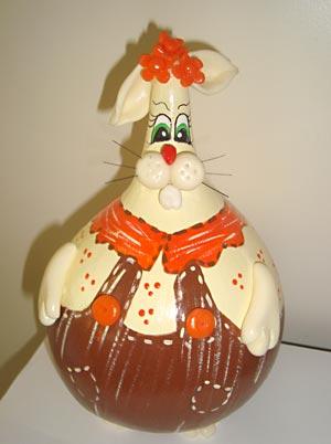 Coelho de páscoa decorativo feito em cabaça