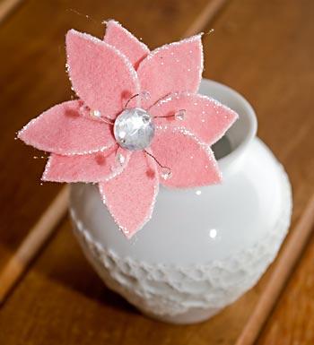 Flor de feltro com glitter em arranjo para mesa