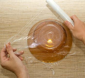 Escolha um recipiente para o molde e forre com filme