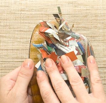 Levante com os dedos as partes soltas das tiras de papel