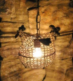 Luminária construída com um porta-ovos de arame