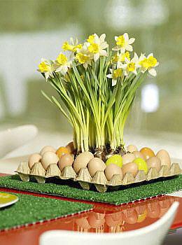 Bandeja de ovos em papelão vira suporte de arranjo de mesa