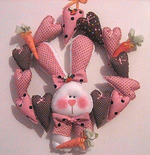 Guirlanda de coelho com corações em tecido