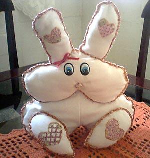 Reciclando retalhos num coelho de tecido
