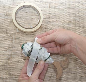 Use fita crepe para segurar as bolas de papel