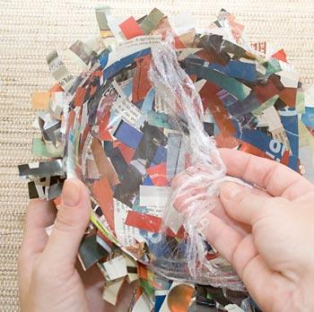 Desencaixe o cesto da forma e retire o filme plástico